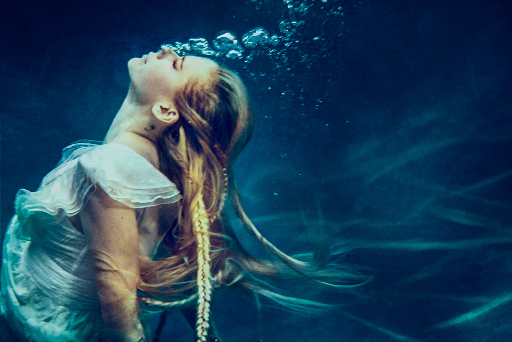 AVRIL_LAVIGNE_HEAD-_ABOVE_WATER_07